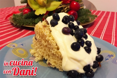 PANETTONE CON CHANTILLY E MIRTILLI FRESCHI